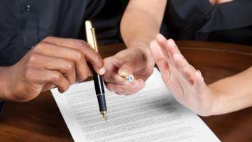 Как поменять фамилию после развода на девичью?